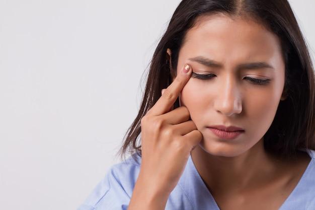 Женщина страдает от раздражения глаз, воспаления