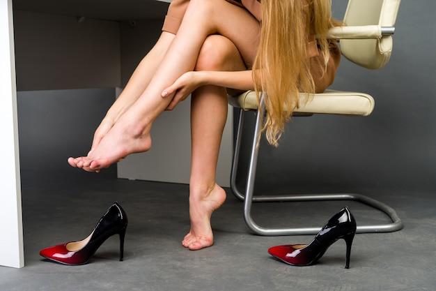 다리 통증으로 고통받는 여성