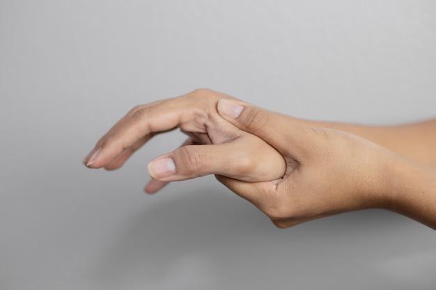 Женщина страдает от боли в руке. боль в руке. молодая женщина держит боль в руке.