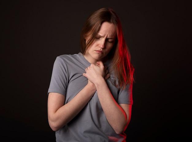 Женщина страдает душевной болью, теряет надежду. понятие горя, отчаяния и неприятностей.