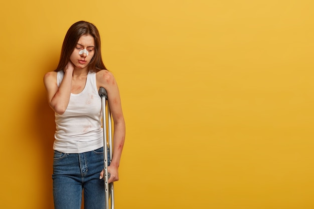 여성은 많은 상처를 입은 사고로 고통받습니다.