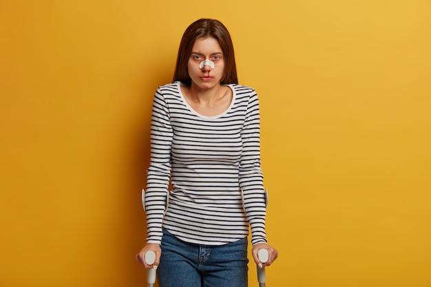 女性は傷がたくさんある事故に苦しんでいます