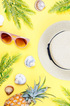 黄色の背景に女性の夏のアクセサリー