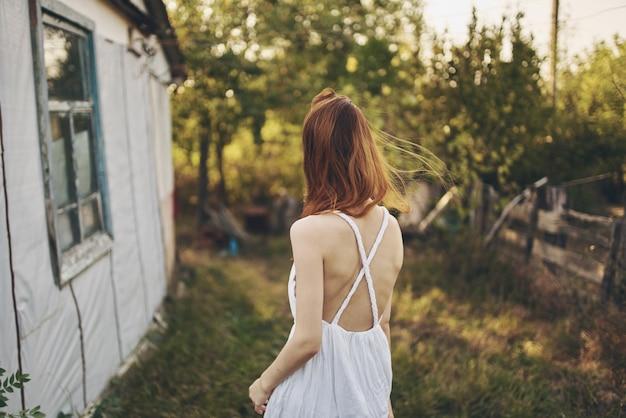 女性の夏の田舎の太陽の自由