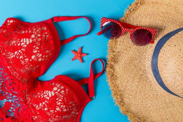 Вид сверху летний наряд женщины на цветном фоне. концепция отпуска моды.