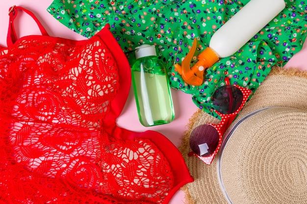 色の背景に女性の夏の服の上面図。ファッション休暇のコンセプト。