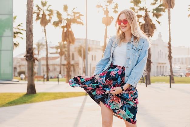 Donna in stile estivo che cammina in strada