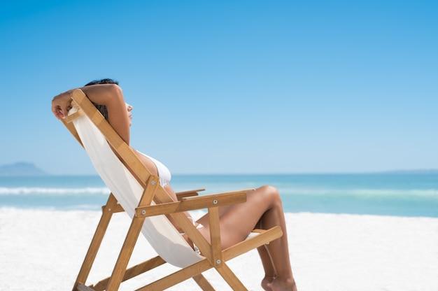 ビーチでの日光浴の女性