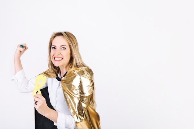 Donna in costume da supereroe che mostra i muscoli