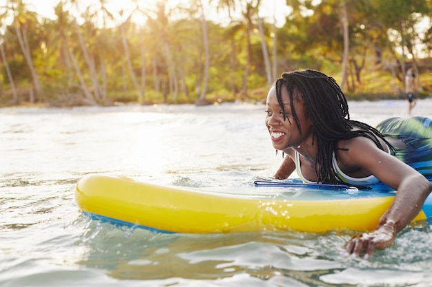 海でサーフィンをする女性
