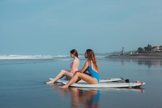 Женщина серфинга портрет