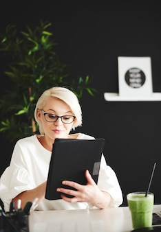 디지털 태블릿에서 인터넷 서핑을 하는 여성