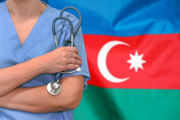 Женщина-хирург или врач со стетоскопом против флага азербайджана