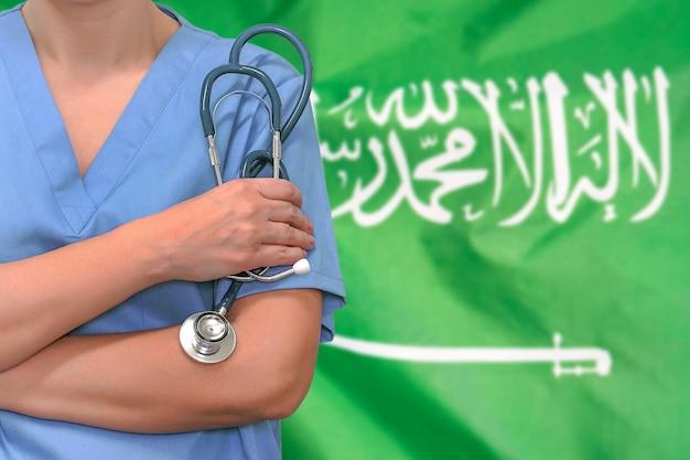 聴診器を持つ女性外科医または医師