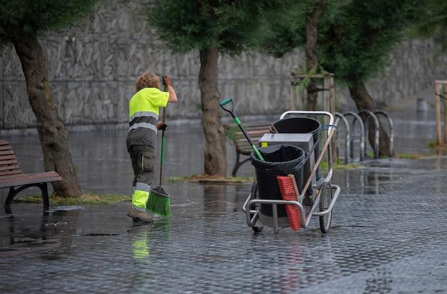 Уборщица работает на улице