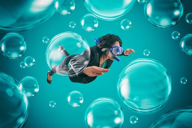 気泡の中で泳ぐ女性