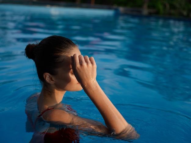 プールで泳ぐ女性なぞなぞ旅行休暇