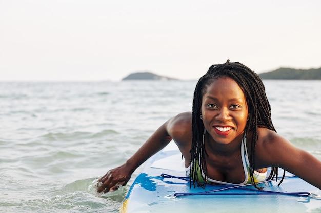 Женщина, плавающая на борту