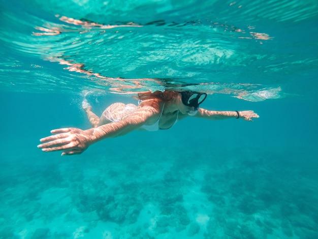 수중 수영하는 여자. 휴가와 자연에 대한 개념