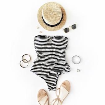 Женщина купальник пляжные аксессуары коллаж на белом