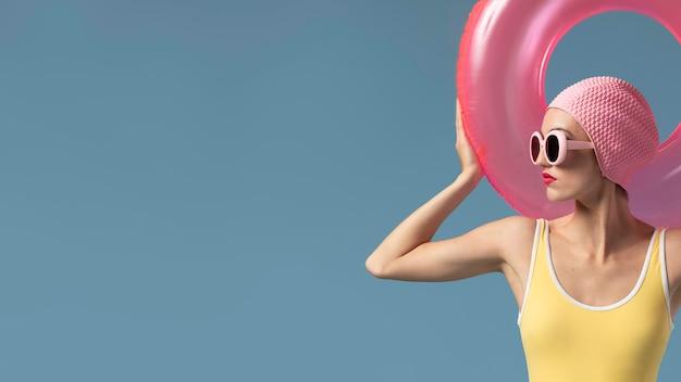 Donna in costume da bagno con un anello di nuoto