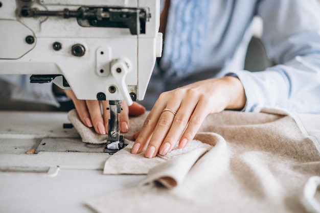 Женщина портной работает на швейной фабрике