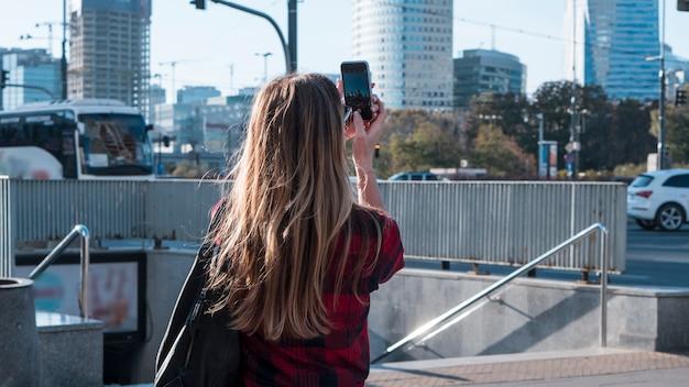 女性が写真を撮る