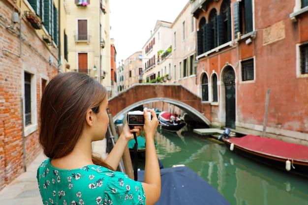 イタリア、ベニスで女性が写真を撮る