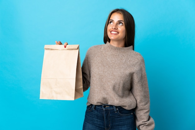 고립 된 테이크 아웃 음식 가방을 복용하는 여자