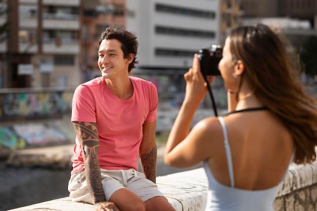 그녀의 남자 친구의 사진을 찍는 여자