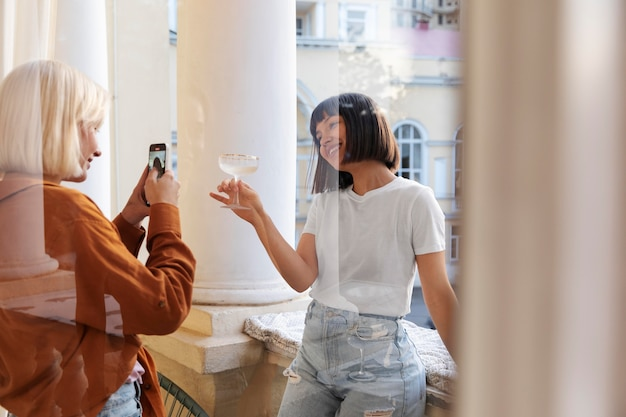 友達の写真を撮る女性