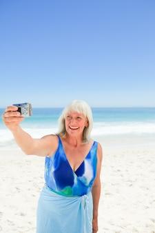 자신의 사진을 복용하는 여자