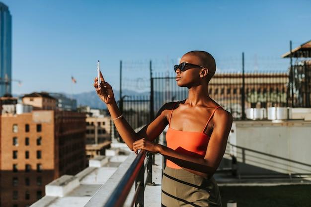 ロサンゼルスの写真を撮る女性