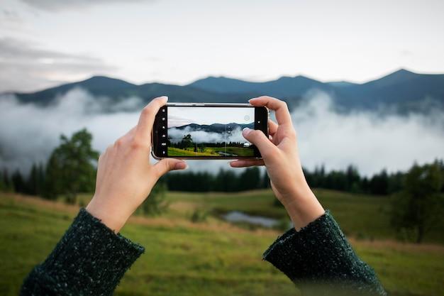 시골 풍경 사진을 찍는 여성