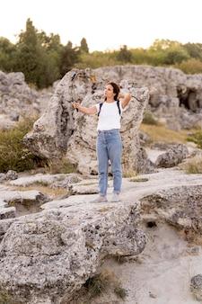 美しい新しい場所で自分撮りをしている女性