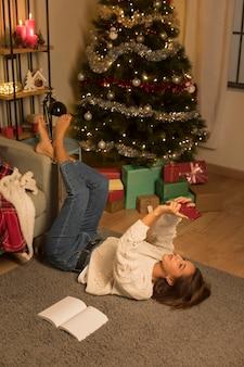 Женщина, делающая селфи на рождество