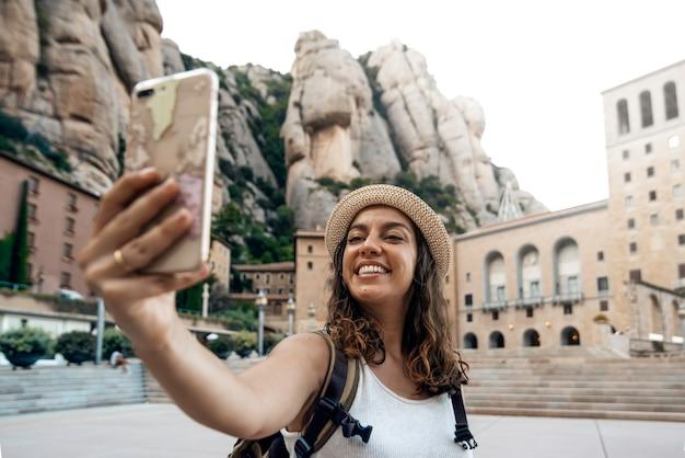 モンセラット修道院、バルセロナ、スペインでselfie写真を撮る女性