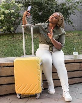 旅行中に自分撮りを取る女性