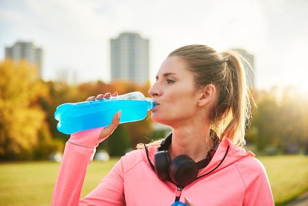 상쾌한 물을 한 모금 마시는 여자