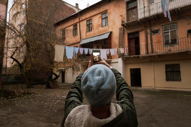 都会の写真を撮る女性