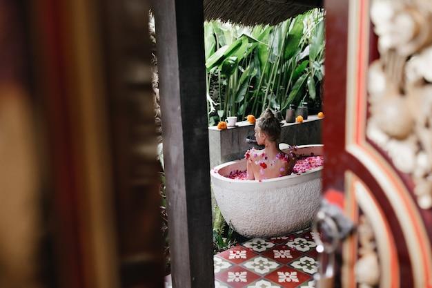 여자 복용 목욕. 주말 아침에 집에서 스파를 즐기는 매력적인 아가씨의 초상화.