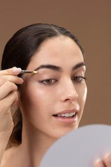 眉毛の世話をする女性