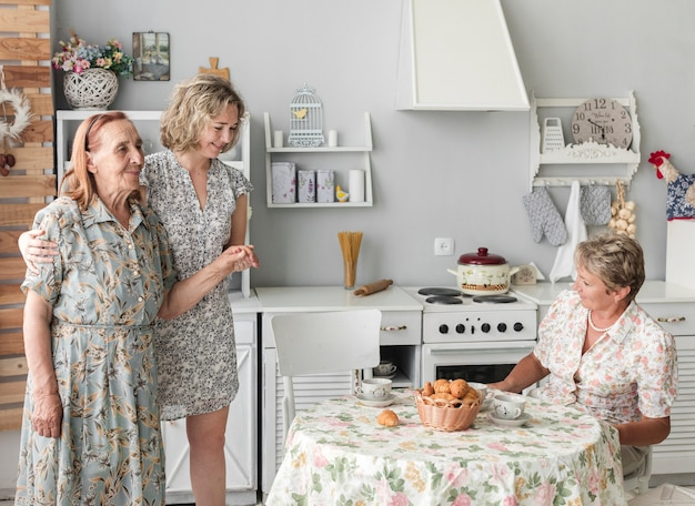 自宅で彼女の祖母の世話をする女性