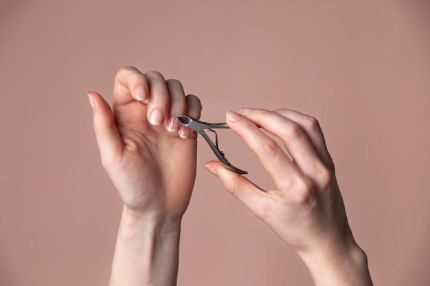 爪の世話をする女性