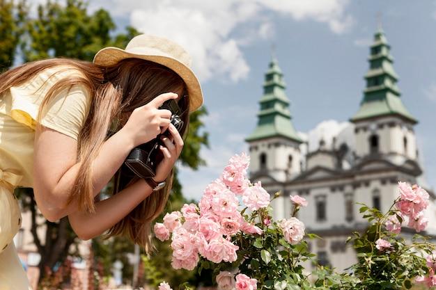 花の写真を撮る女性