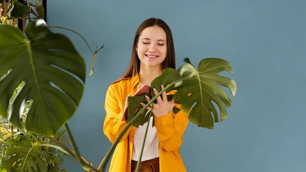 Женщина заботится о своих комнатных растениях