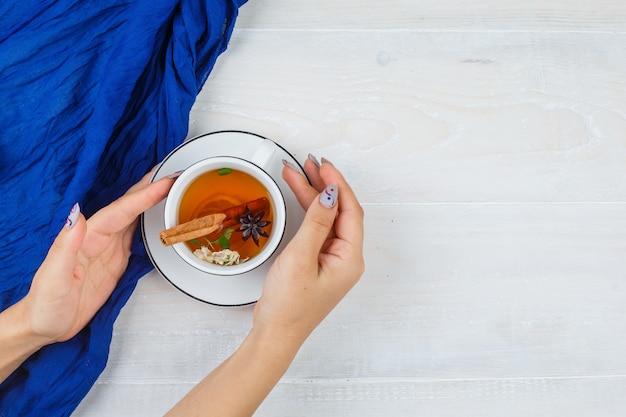 Женщина принимает травяной чай