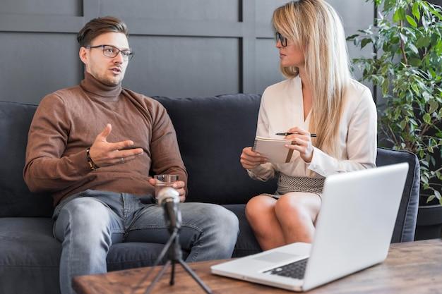 Женщина берет интервью в офисе