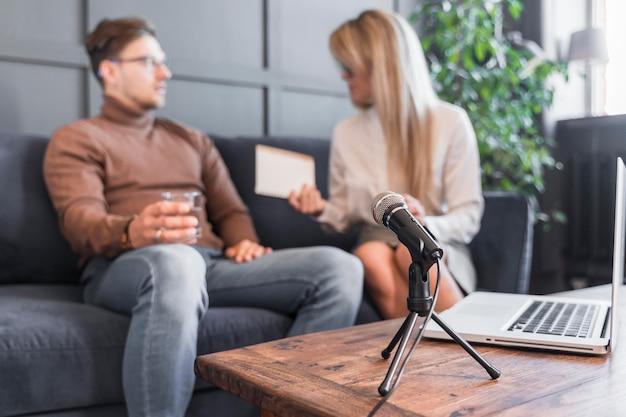 Женщина берет интервью