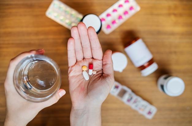 彼女の病気の薬を服用している女性
